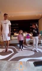 Di María y la clase de yoga con sus hijas