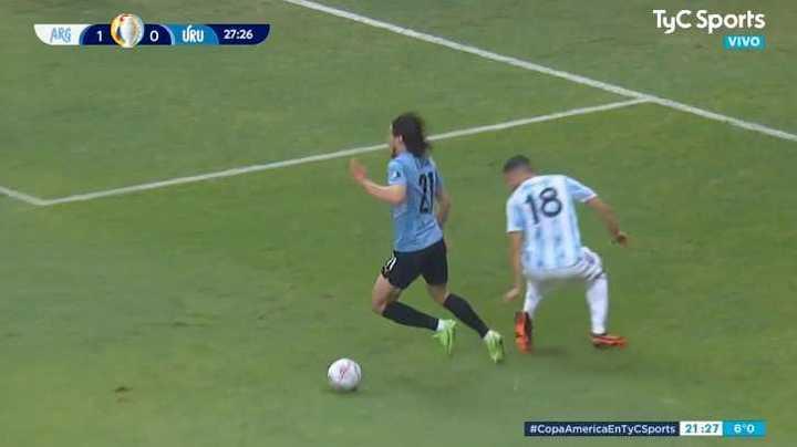 Cavani simuló en el área pero el árbitro no compró
