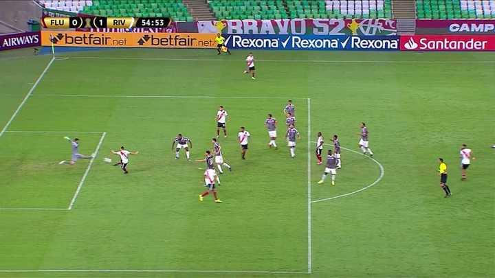 Tremenda tapada del arquero de Fluminense a Borré
