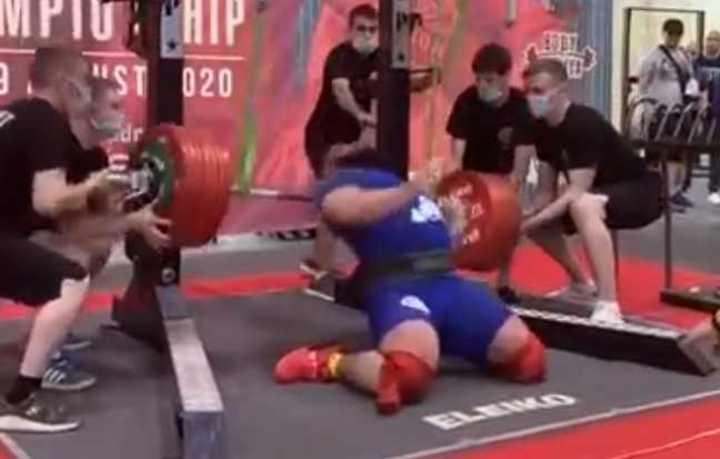 Se fracturó las dos piernas al levantar 400 kilos
