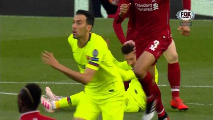 Manotazo de Robertson a Messi