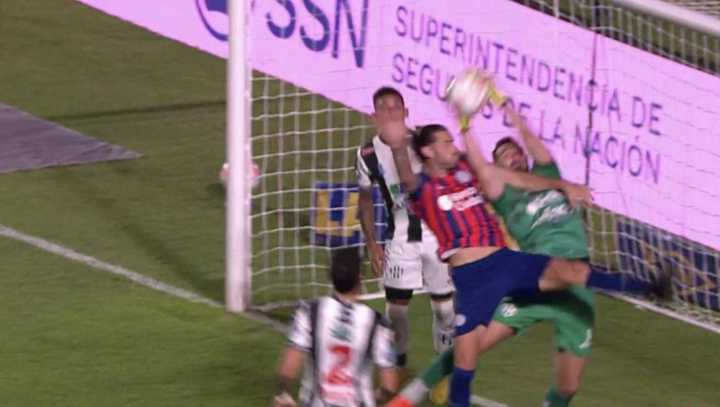 Le anularon un gol a San Lorenzo