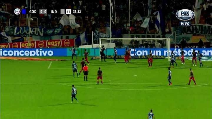 El palo le negó el gol a Elías , se salvó el Rojo