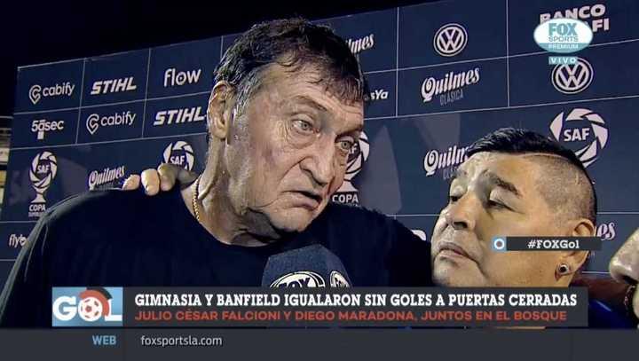 Falcioni y Maradona juntos al final del partido