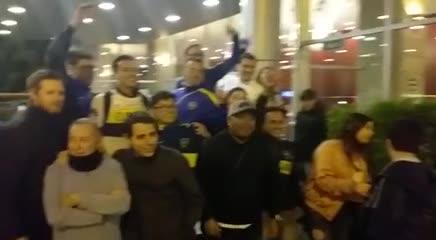 Los hinchas de Boca alientan al plantel de Alfaro en el hotel de Quito