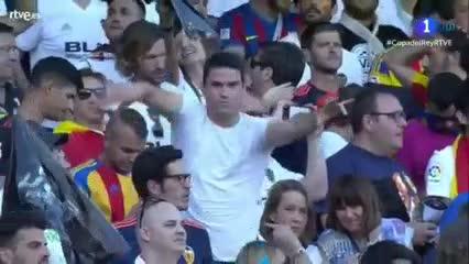 Un fan de David Bisbal disfrutó en la previa de Valencia-Barcelona