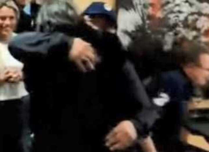 El abrazo de Maradona con Valencia