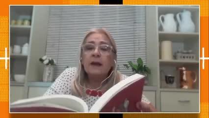 La madre de Hernán Casciari leyendo el texto de su hijo a Maradona