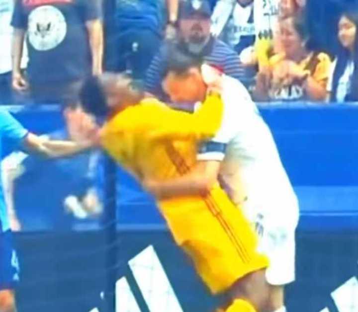 Zlatan agarró del cuello a un arquero