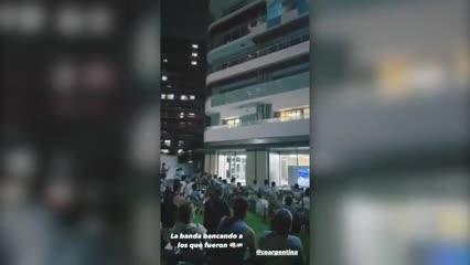 Los atletas que no pudieron ir a la ceremonia inaugural también alentaron desde el hotel