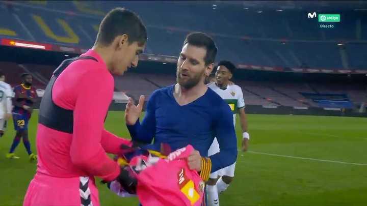 Messi cambió de camisetas con el arquero al que le metió dos goles