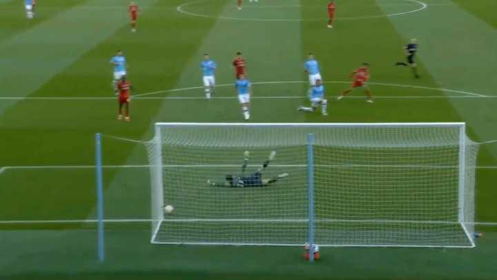 Salah reventó el palo del City