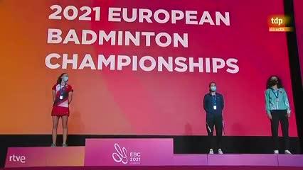 Carolina Marín recibiendo su medalla por un drone con la bandera de España