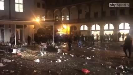 Así dispersó la policía a los hinchas ingleses en Praga