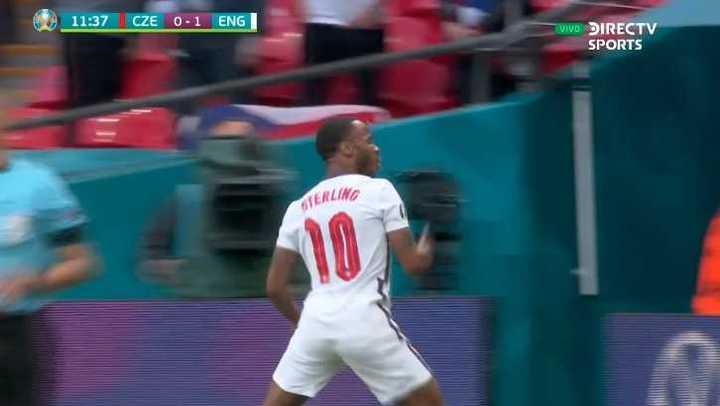 Sterling puso en ventaja a Inglaterra