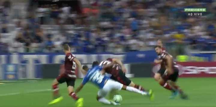 El árbitro del River-Boca cobró un insólito penal