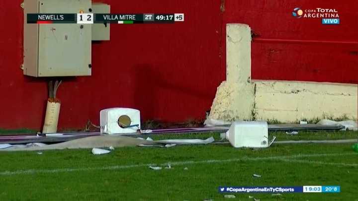 Revolearon inodoros al final del partido y el árbitro suspendió el partido