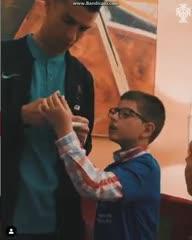 Ronaldo entregó regalos a chicos