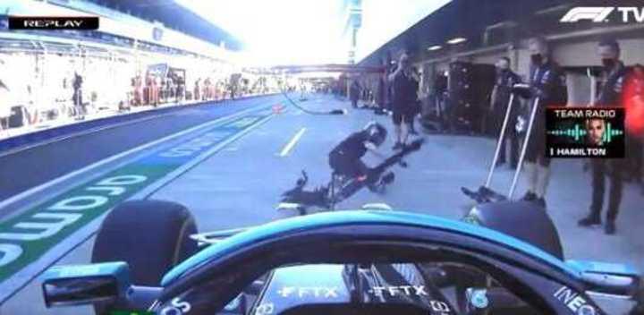 Hamilton se llevó puesto a un mecánico