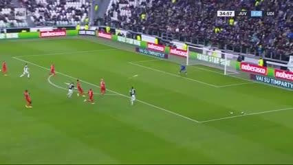 Higuaín tuvo su gol pero Musso se lo atajó y luego dio en el palo