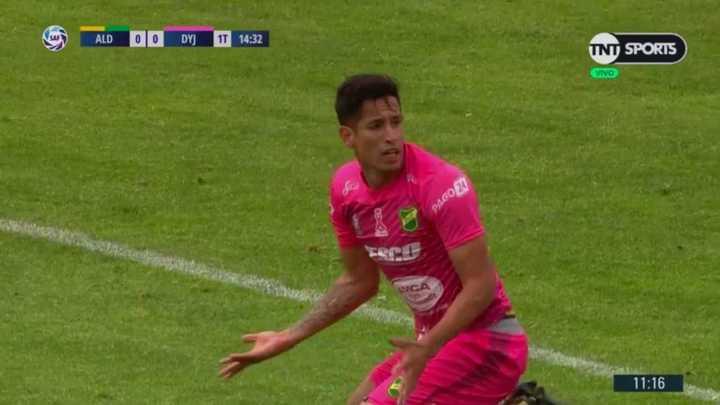 El palo le negó el gol al Cuqui Márquez