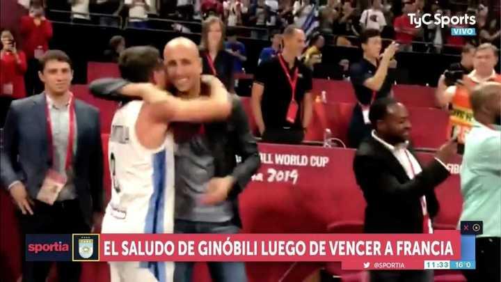 El abrazo de Ginóbili con los jugadores