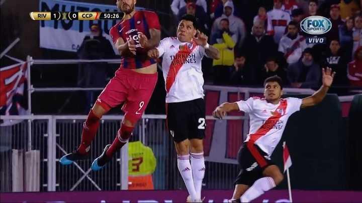 Tremendo codazo de Enzo Pérez