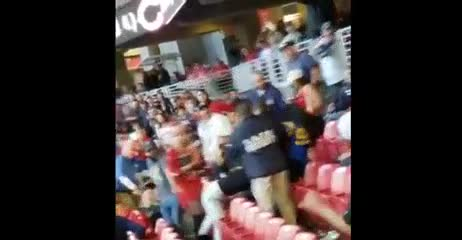 Salvaje pelea entre dos hinchas en la NFL