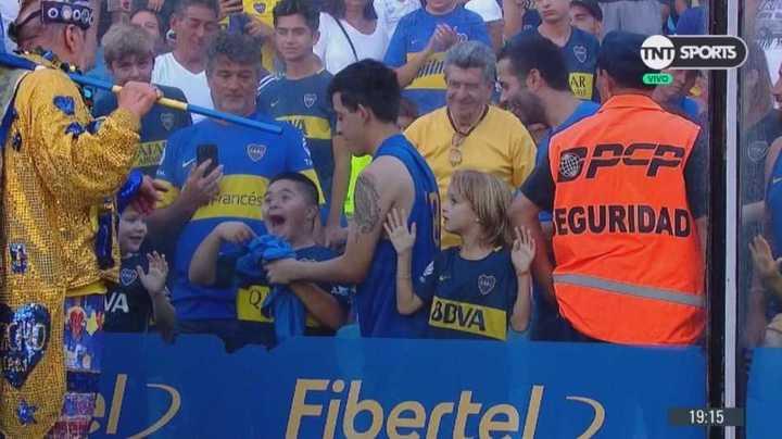 La emoción de una nene en la platea con la camiseta que le regaló Andrada
