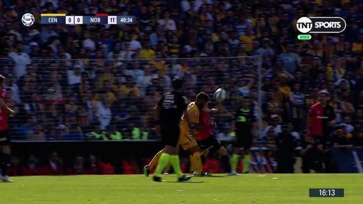 Tremendo codazo de Maxi Rodríguez