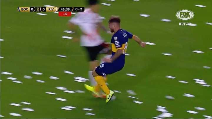 Mac Allister le pegó un pisotón a Pérez