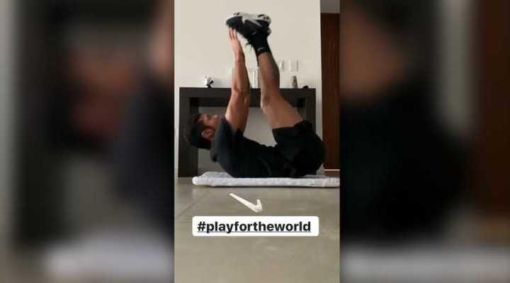 Paulo Díaz con el challenge de los abdominales