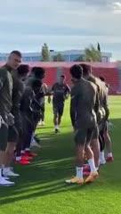 El primer entrenamiento de Suárez y su saludo con Simeone