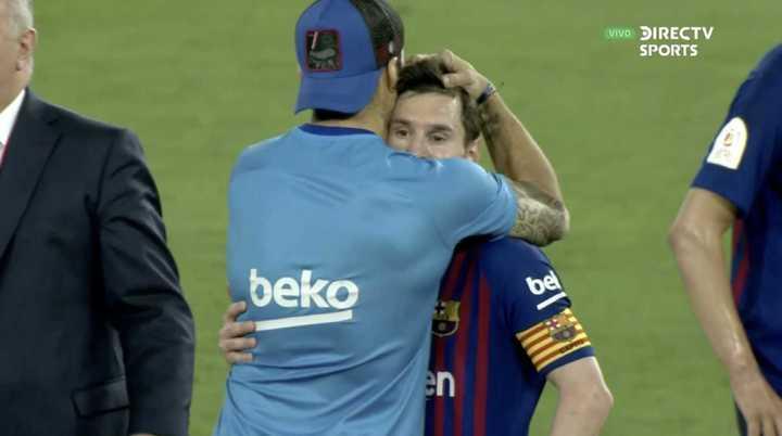 El abrazo entre Messi y Suárez