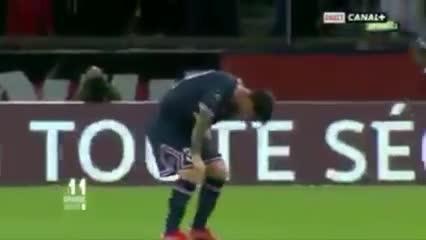 Messi tocándose su rodilla antes del cambio