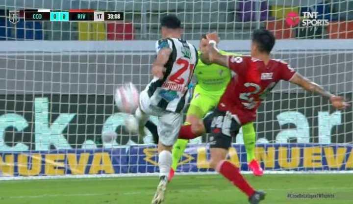 Gran salvada de Enzo Pérez