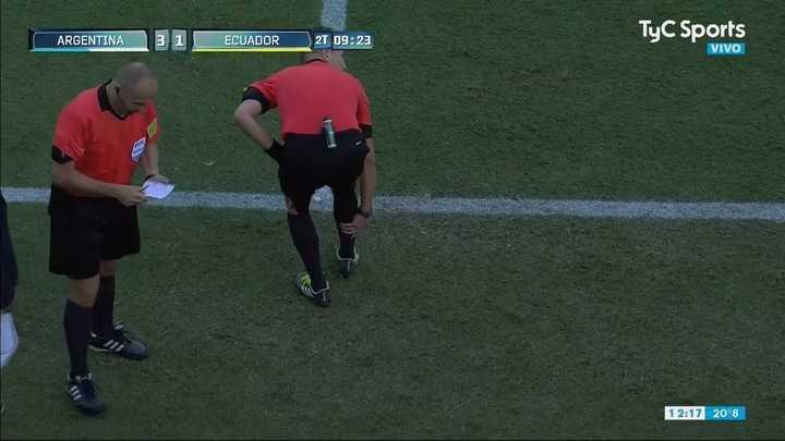 El árbitro se lesionó y cambió con el cuarto