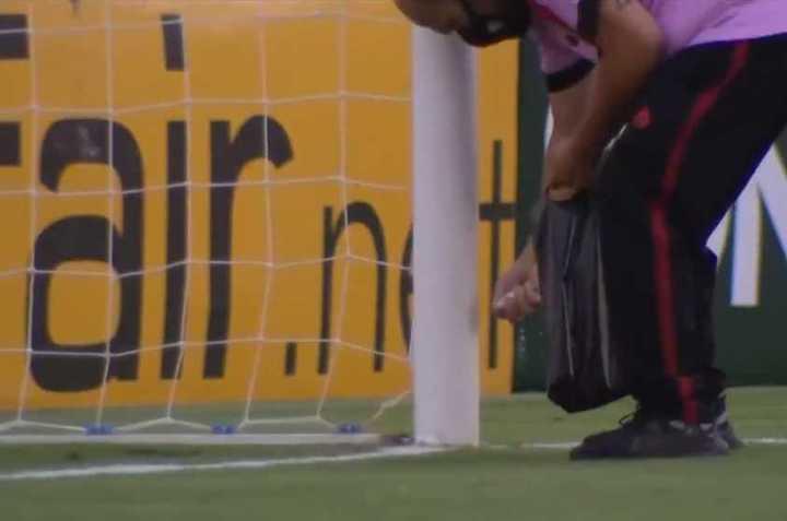 Un auxiliar de Atlético Goianiense tira sal gruesa en el arco rival