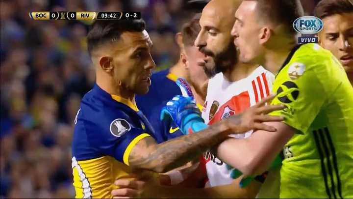 Tevez enfrentó a Armani por un choque con Wanchope