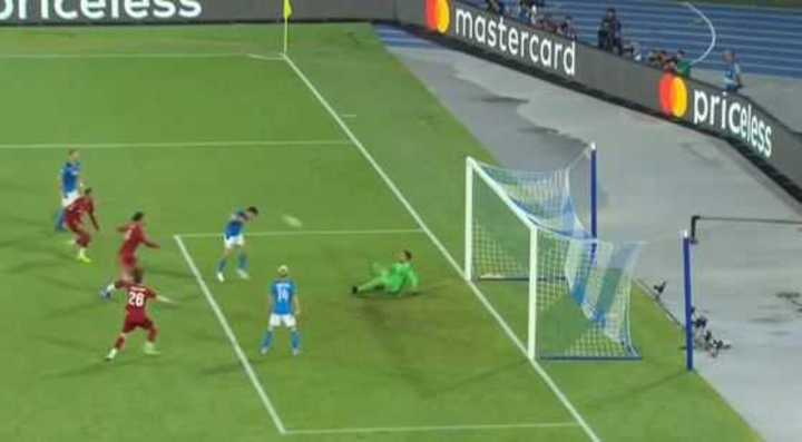 Al Napoli se lo anularon por off side de Lozano