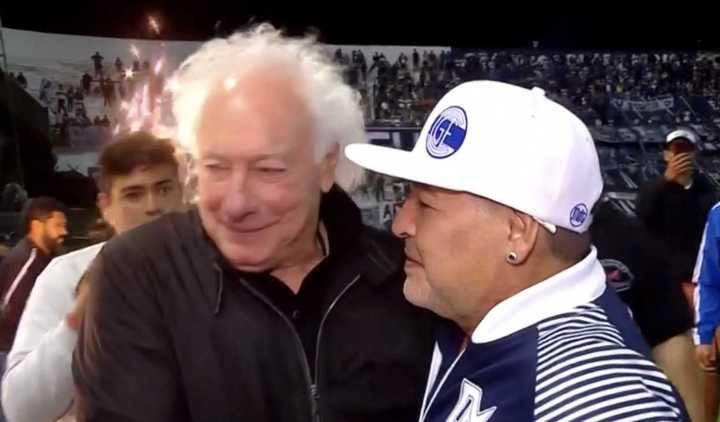 El abrazo de Maradona y Coppola