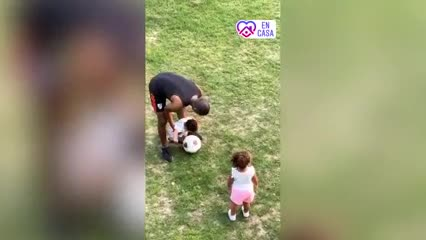 De la Cruz jugando con su hija