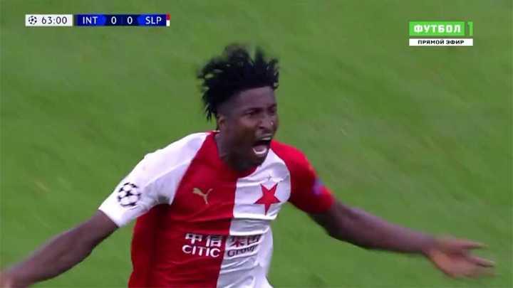Olayinka aprovechó un rebote y marcó el primero para el Slavia