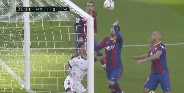 """Messi quiso meter """"La mano de Dios"""" para el primer gol de Braithwaite"""