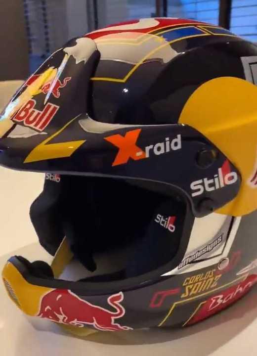 Sainz mostró su casco para el Dakar