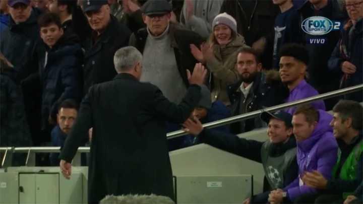 El saludo de Mourinho con el alcanza pelotas