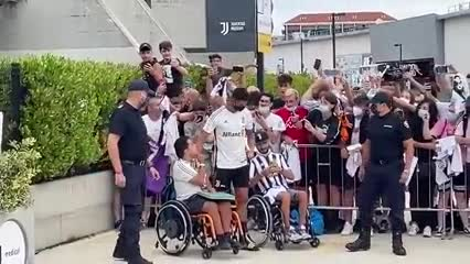 Cristiano Ronaldo llega al campo de entrenamiento de la Juventus rodeado de hinchas