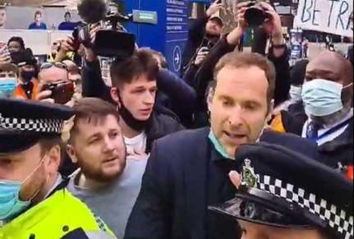 Cech salió a calmar
