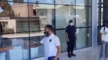 Así fue la llegada de Tevez al hotel (Video: @EmilianoRaddi)