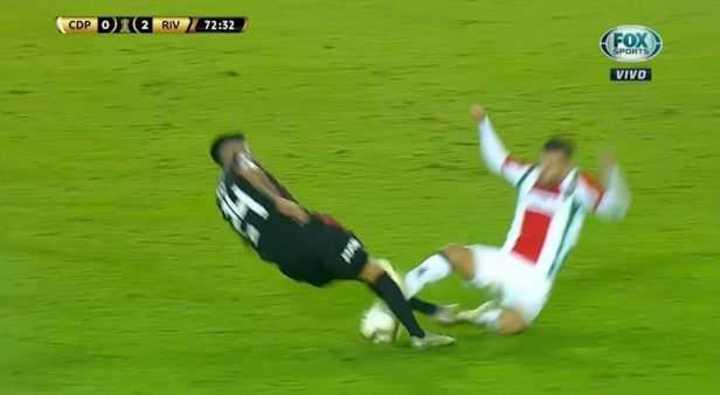 Fuerte planchazo a Enzo Pérez y roja para Fernández